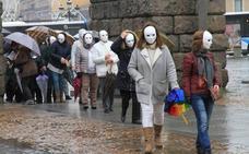 Máscaras blancas junto al Acueducto para repudiar la violencia machista