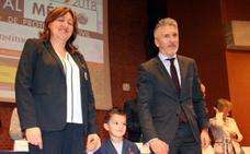 Marlaska entrega al 'héroe' Luca su medalla de oro
