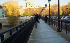 La arena en las aceras del Puente Mayor ayuda a evitar los resbalones de los peatones