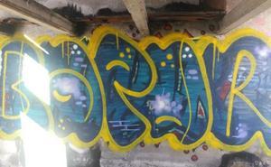 Sorprendido por la Policía Local un gratifero mientras pintaba de forma ilegal en Mercasalamanca