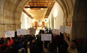 Sonora protesta de policías locales a las puertas del pleno del Ayuntamiento