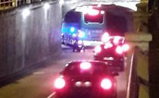 Un autobús se queda atascado en el túnel de Labradores de Valladolid