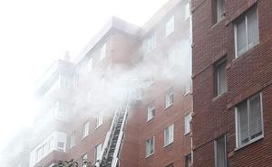 Los Bomberos de Valladolid intervienen en el incendio de una vivienda en el Paseo San Vicente