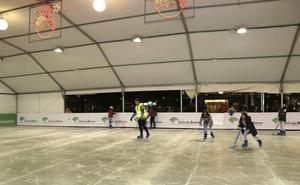 La pista de hielo de Palencia ya funciona en el parque del Salón