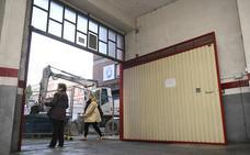 Los dueños de un garaje de San Ildefonso frenan una zanja hasta poder sacar sus coches