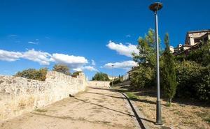 Investigan el hallazgo de un joven de 22 años semiinsconsciente y herido grave junto a la muralla de Segovia