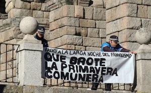 La Policía Local retira una pancarta alusiva a la represión franquista desplegada junto al Acueducto