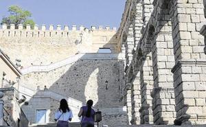 Segundo incidente en dos días: un joven resulta herido tras precipitarse desde la muralla de Segovia