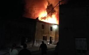 Un incendio devora una vivienda en San Felices de los Gallegos, Salamanca
