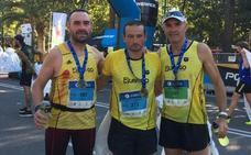 Tres atletas del club Team Run&Go, en la maratón de Málaga