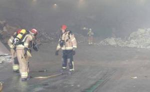 Los bomberos sofocan un incendio en una empresa de reciclaje de Valladolid