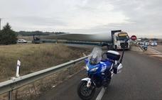 La Policía Municipal de Valladolid escolta a un vehículo especial que transporta una hélice