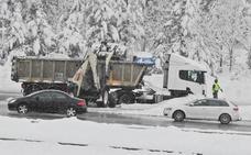 Tráfico embolsa camiones en la A-1 a la altura de Boceguillas por la nevada