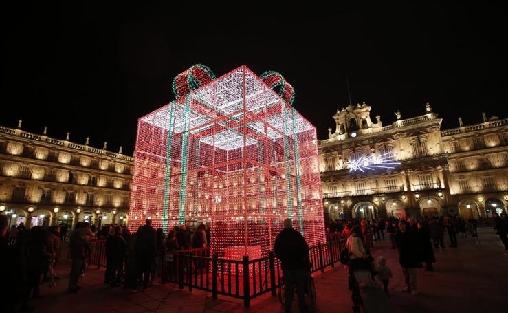 El brillo de la Navidad deslumbra en la Plaza Mayor de Salamanca