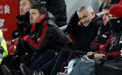 El Liverpool recupera el liderato tras arrollar al Manchester United de un tocado Mourinho