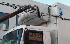 Un camión se engancha en el cableado de telecomunicaciones del Polígono de San Cristóbal