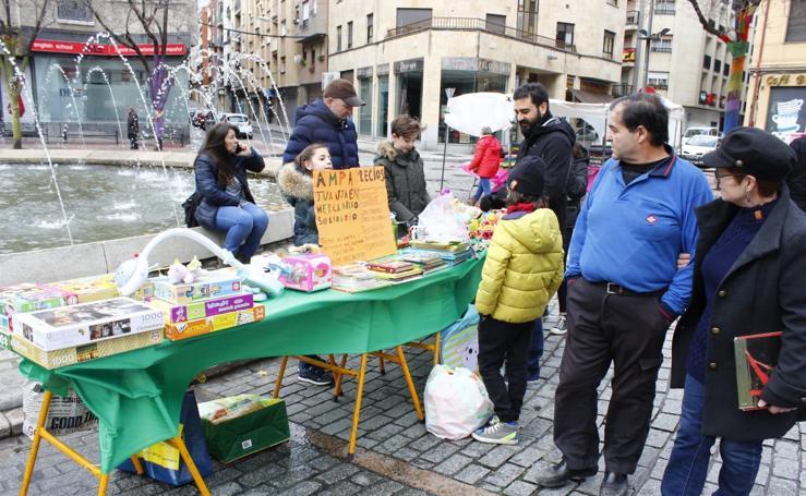 Mercadillo solidario en el Barrio del Oeste de Salamanca