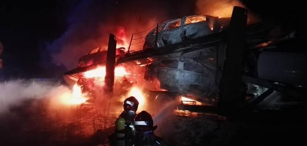 Arden seis coches de un camión portavehículos en Cubillas de Santa Marta, en Valladolid