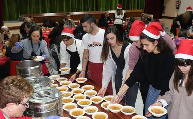 Un centenar de personas sin recursos comparten cena navideña en Valladolid