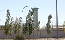 Una reclusa arroja al suelo y golpea a una funcionaria de la cárcel de Topas