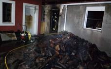 Arde una caldera de leña en la localidad vallisoletana de Santiago del Arroyo