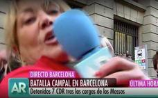 Una reportera envía en directo un mensaje a su madre tras ser agredida en Barcelona