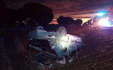 Dos jóvenes resultan heridos al volcar con su vehículo en Olmedo