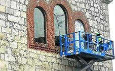 La parroquia de Pedrajas instala las vidrieras restauradas de la fachada