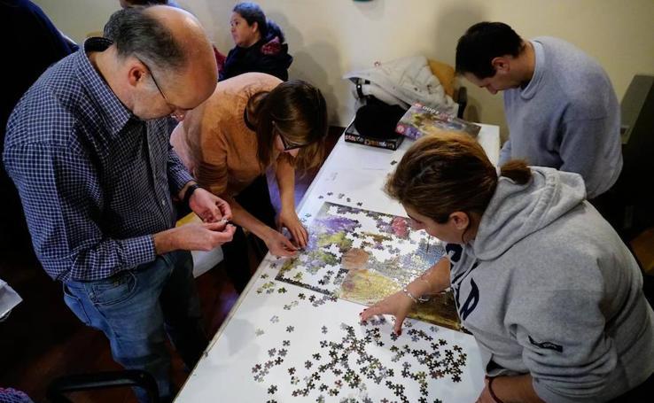 Más de 300 personas participan en el concurso de puzzles de Asecal en Salamanca