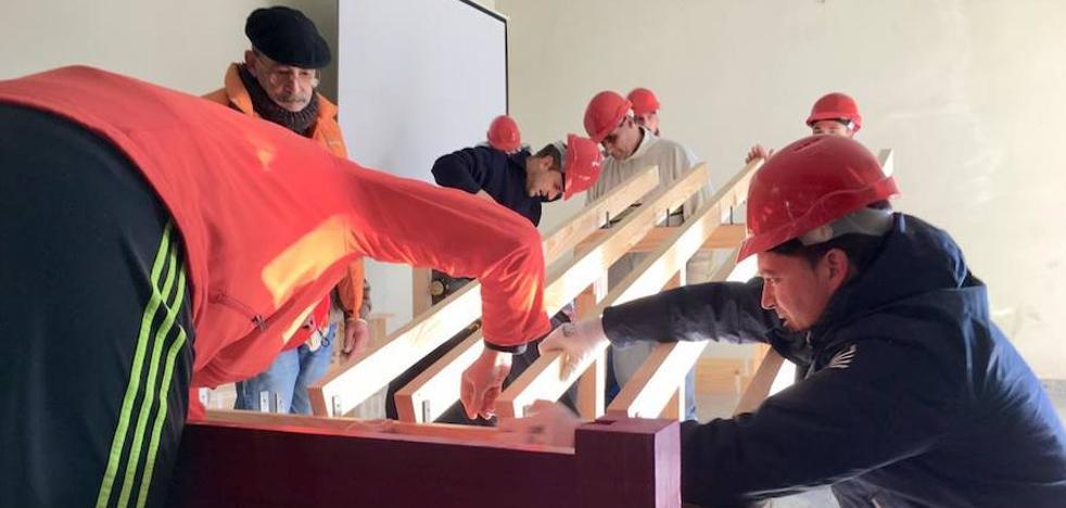 Ciudad Rodrigo enseña la técnica del montaje de los tablados de la plaza