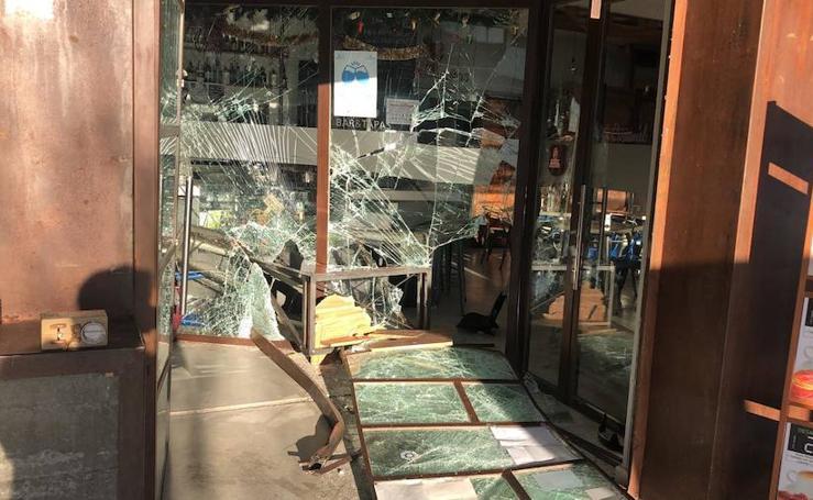 Estrellan un coche contra un bar de Arroyo para robar el dinero de la tragaperras
