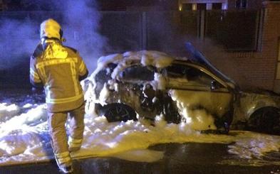 Arde un vehículo a la puerta de un chalé en Renedo de Esgueva