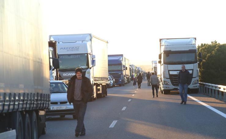Accidente de un camión portacoches en la A62