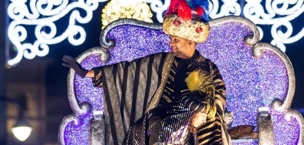 Miles de niños acompañan a los Reyes Magos en la Cabalgata previa a una noche de regalos