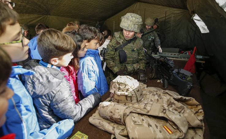 El Ejército y las fuerzas de seguridad visitan el colegio San Agustín de Salamanca