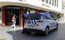 Cuatro menores, identificados con prendas con precintos antirrobo en la Calle Mayor de Palencia