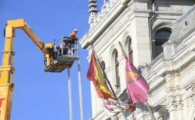 Desmontan el árbol de Navidad de la Plaza Mayor de Valladolid