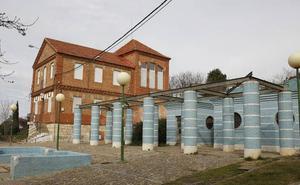 Una familia okupa un edificio protegido de Palencia y expulsa a un grupo de teatro