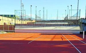 Concluye la reposición del pavimento de la pista de tenis 1 de la ciudad deportiva de La Albuera