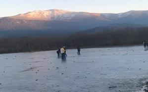 Caminar sobre la superficie helada del Pontón Alto es muy peligroso