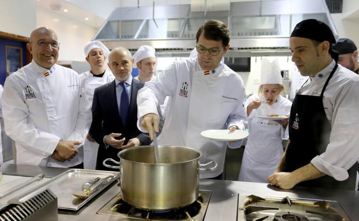 Alfonso Fernández Mañueco visita la Escuela Internacional de Cocina de Valladolid