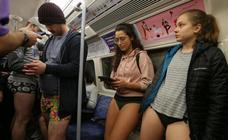 El 'Día sin pantalones' llena el metro de risas y diversión
