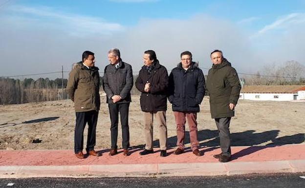 Representantes de las instituciones que han colaborado en la obra, en la rotonda de Arévalo. /Delegación JCYL Ávila