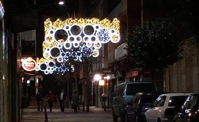 Olvidan apagar las luces de Navidad en una calle de Valladolid