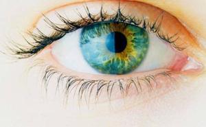 Una mujer se aplica por error una crema para la disfunción eréctil en el ojo
