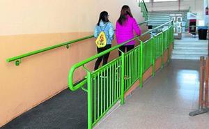 Una inversión de 17.500 euros mejora la accesibilidad y los aseos en el pabellón