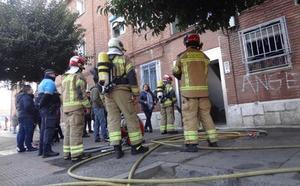 Un incendio calcina la cocina de una vivienda de Las Viudas, en Valladolid