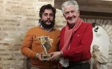 José Chacón recibe el premio al mejor par de banderillas de la Feria de Arévalo