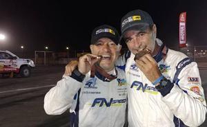 Carranza celebra su éxito en el Dakar