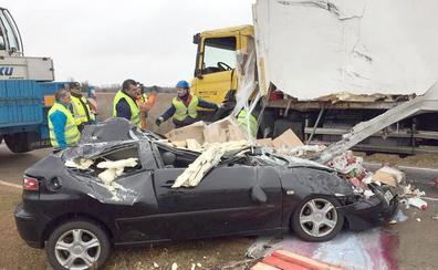 Milagroso: un camión vuelca, aplasta a un vehículo y el conductor sale ileso